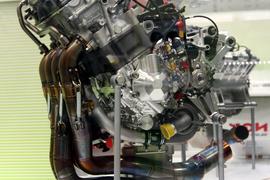 Yamaha_YZR-M1_In-line_4-cylinder_engine_2009_Tokyo_Motor_Show