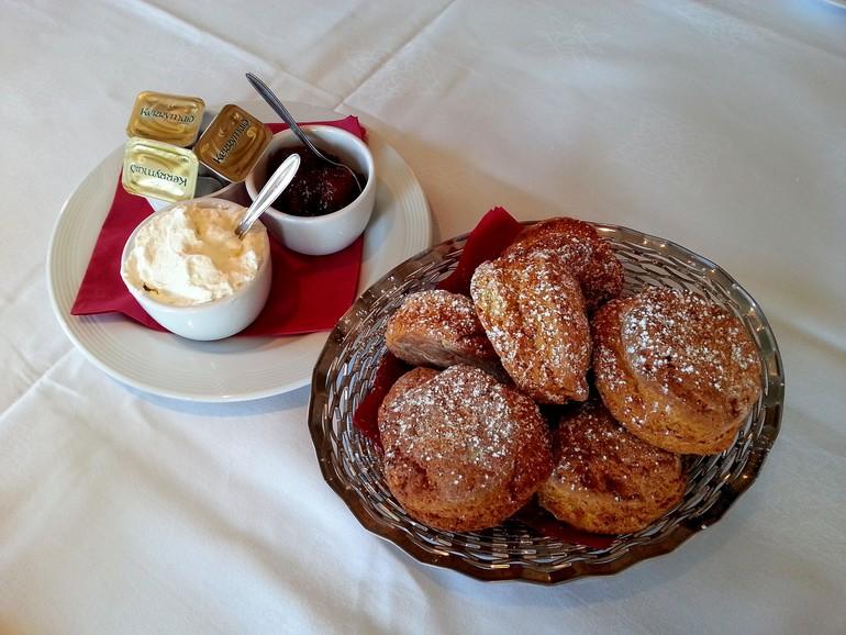 Gli Scones... dolci tipici irlandesi che vengono serviti con burro, panna e marmellata. Proposta ad ogni ora del giorno. Qualche problema di colesterolo, sir?