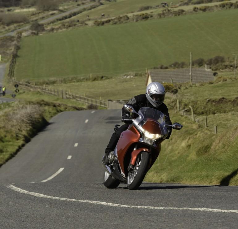 Lungo le stradine costiere, l'Irlanda mostra il meglio. La VFR1200F tuttavia preferisce percorsi piu' scorrevoli