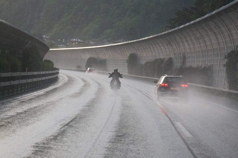 La pioggia e' un elemento che il viaggiatore deve mettere in conto. Incredibile come moto e gomme moderne riescano a trasmettere sicurezza anche in queste condizioni difficili