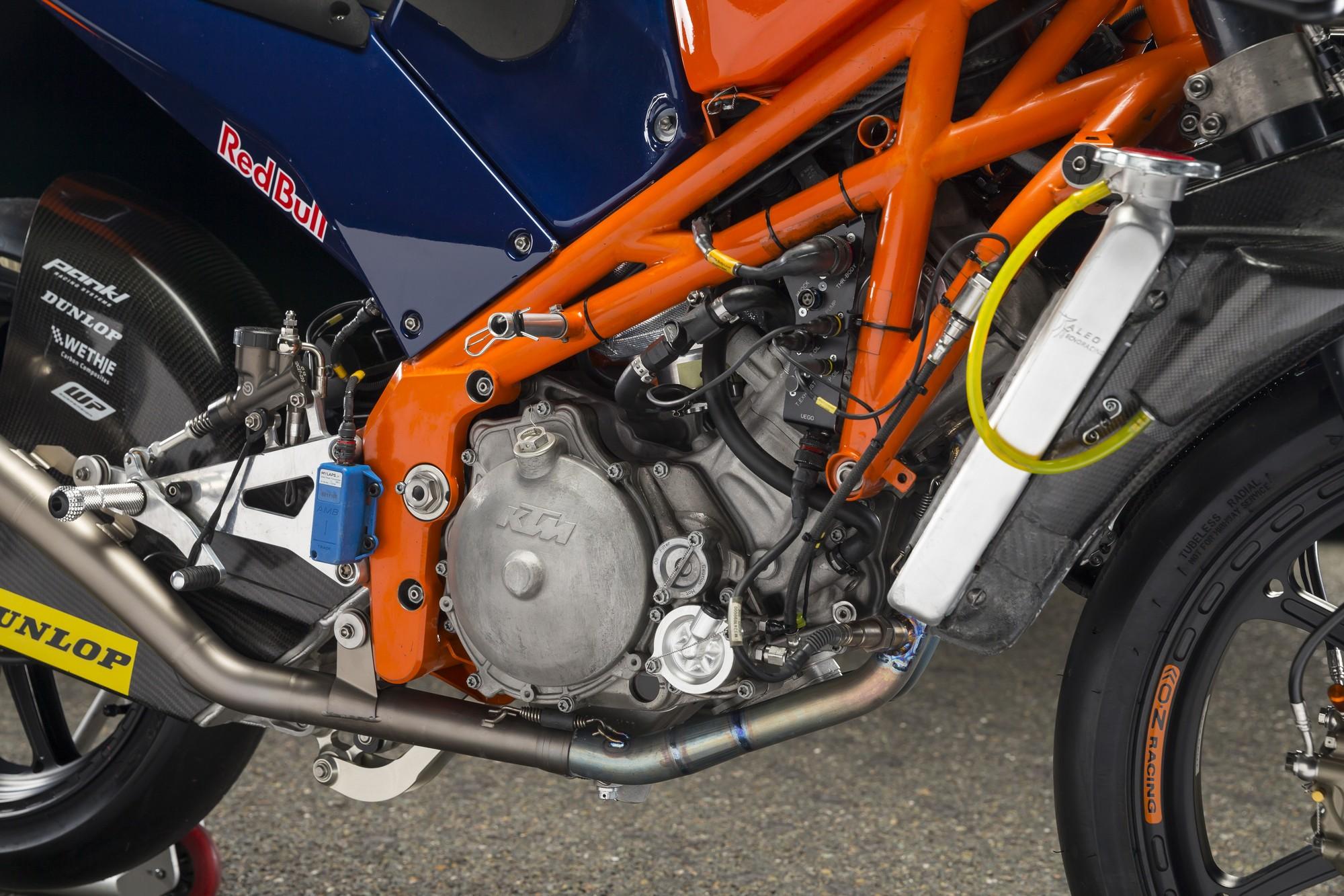 Sotto la carena il telaio a traliccio e il monocilindrico migliore della Moto3. Nessun segreto e' nascosto sotto la carena