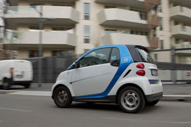 Una Smart bianca e blu del carsharing Car2Go