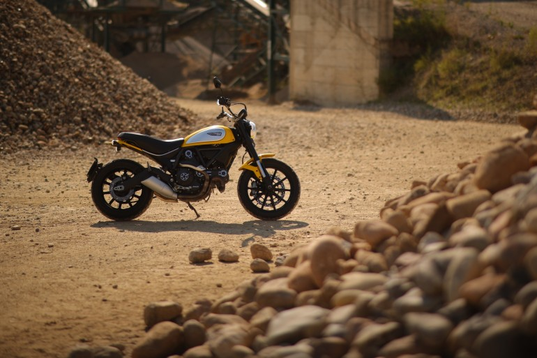 DuelFiat500XDucatiScrambler0028