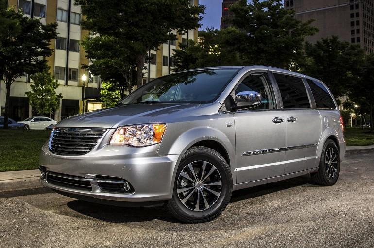 ChryslerTown&CountryHybrid-001
