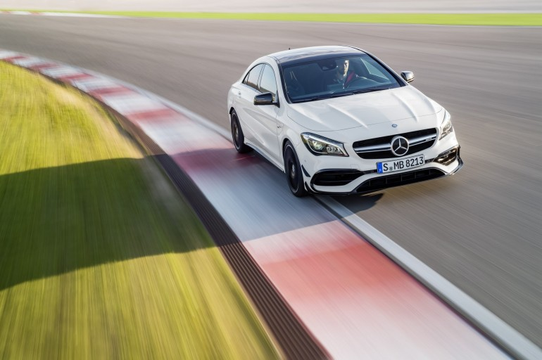 Mercedes-AMG CLA 45 Coupé; C117; 2016 Exterieur: Diamantweiß, AMG Aerodynamic-Paket; Interieur: Schwarz, Performance Sitze; Kraftstoffverbrauch (l/100 km) innerorts/außerorts/kombiniert: 9,2/5,6/6,9 CO2-Emissionen kombiniert: 162 g/km Exterior: diamond white, AMG Aerodynamics package; interior: black, performance seats; Fuel consumption (l/100 km) urban/exurban/combined: 9.2/5.6/6.9 combined CO2 emissions: 162 g/km