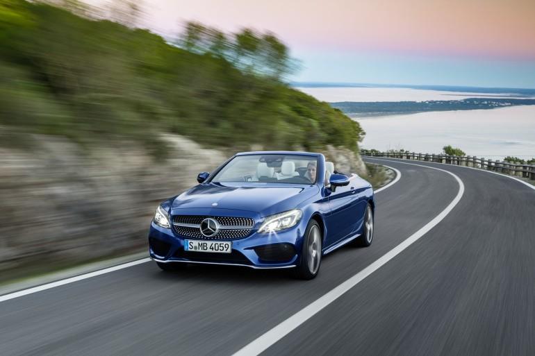 Mercedes-Benz C 400 4MATIC Cabriolet, Exterieur: Brilliantblau AMG Line; Interieur: kristallgrau Kraftstoffverbrauch (l/100 km) innerorts/außerorts/kombiniert: 10,9/6,3/8,0 CO2-Emissionen kombiniert: 181 g/km Exterior: brilliant blue AMG Line; interior: crystal Grey Fuel consumption (l/100 km) urban/ex urban/combined: 10.9/6.3/8.0 combined CO2 emissions: 181 g/km