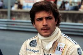 Un giovane Elio approda alla Lotus nel 1980. Il primo podio giunge in Brasile, dove è secondo