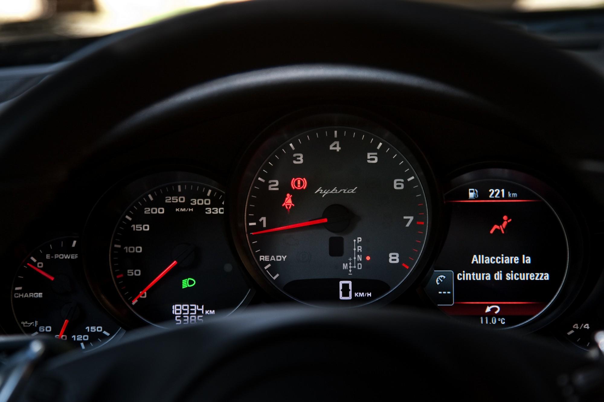 Strumentazione classica Porsche quella della Panamera, ma le indicazioni riportano qualcosa di nuovo...
