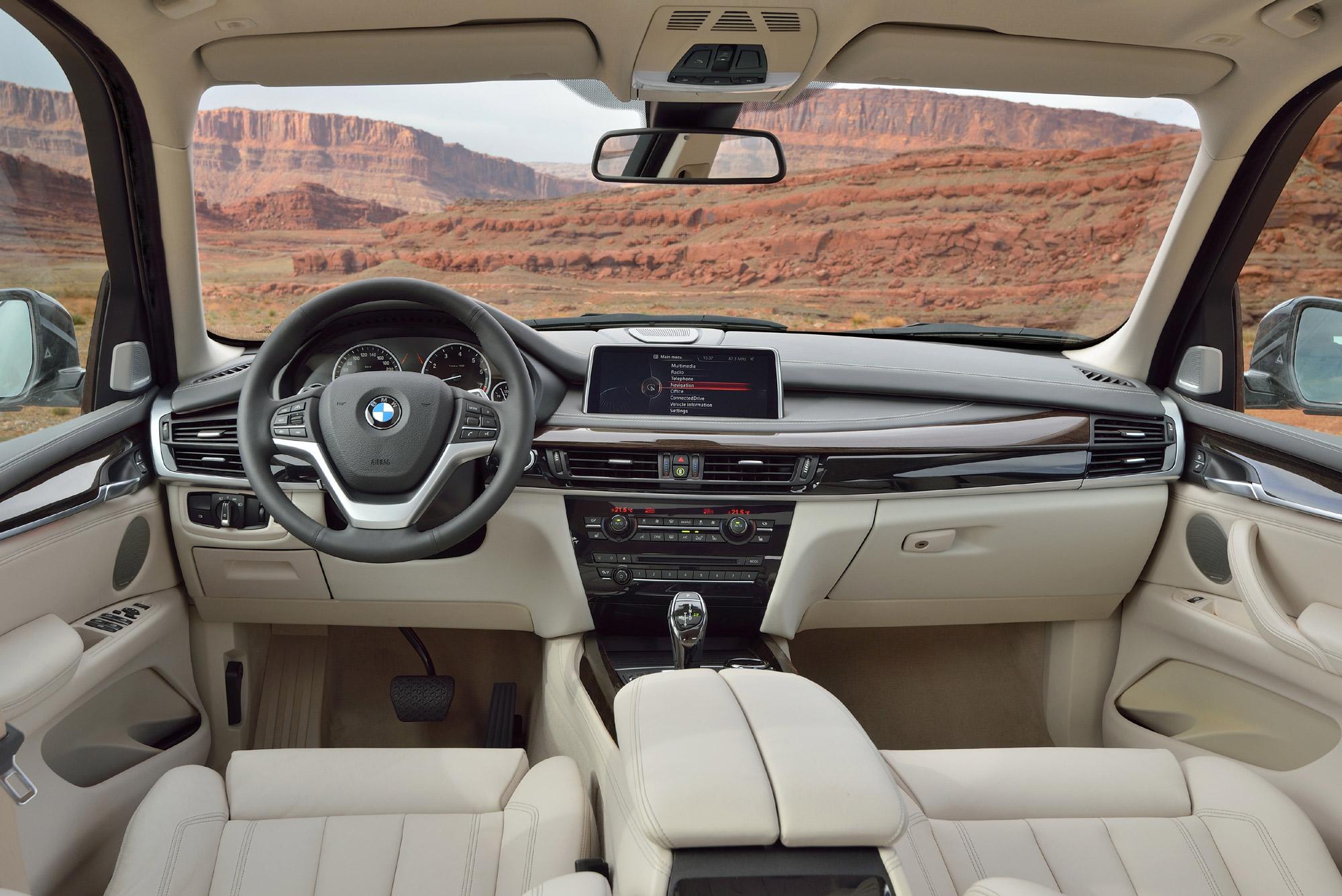 Anche nell'abitacolo si ritrovano le caratteristiche tecniche ed estetiche di Casa BMW