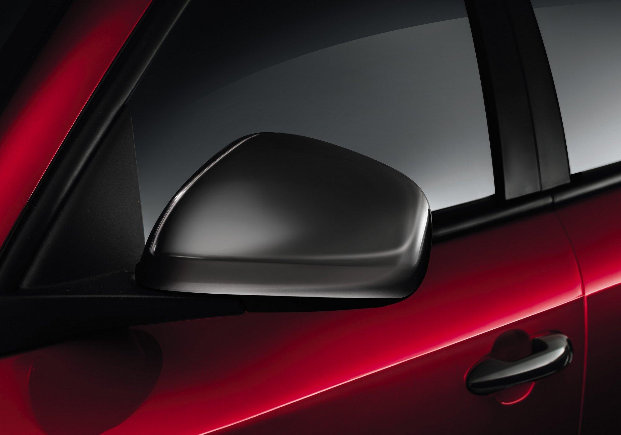 Giulietta Sprint è dotata di cristalli posteriori oscurati e finiture antracite lungo calandra, maniglie, calotte dei retrovisori e cornici dei fendinebbia. Sono di serie il clima automatico bizona e i sensori posteriori