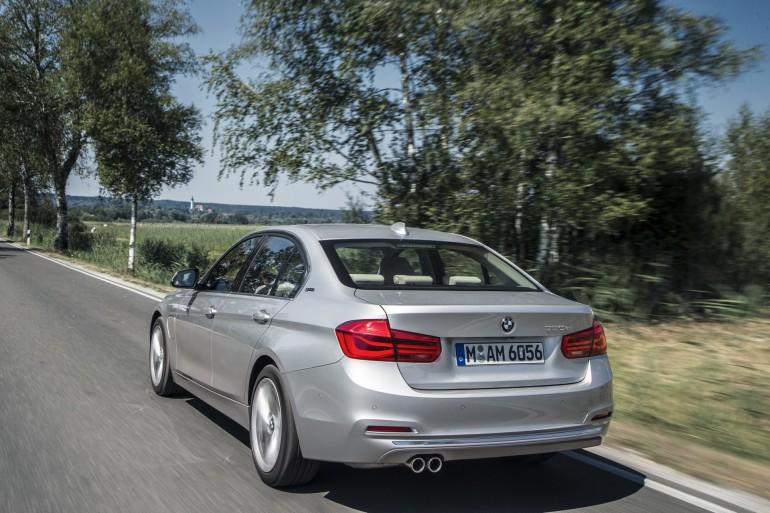 BMW330e-011