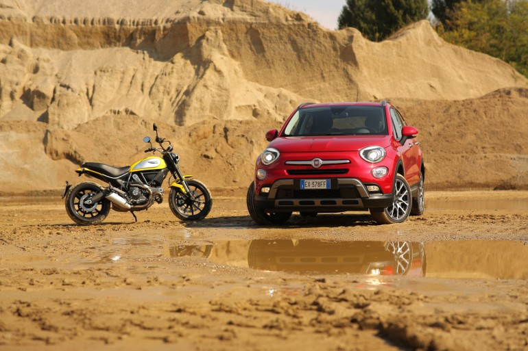 DuelFiat500XDucatiScrambler0036