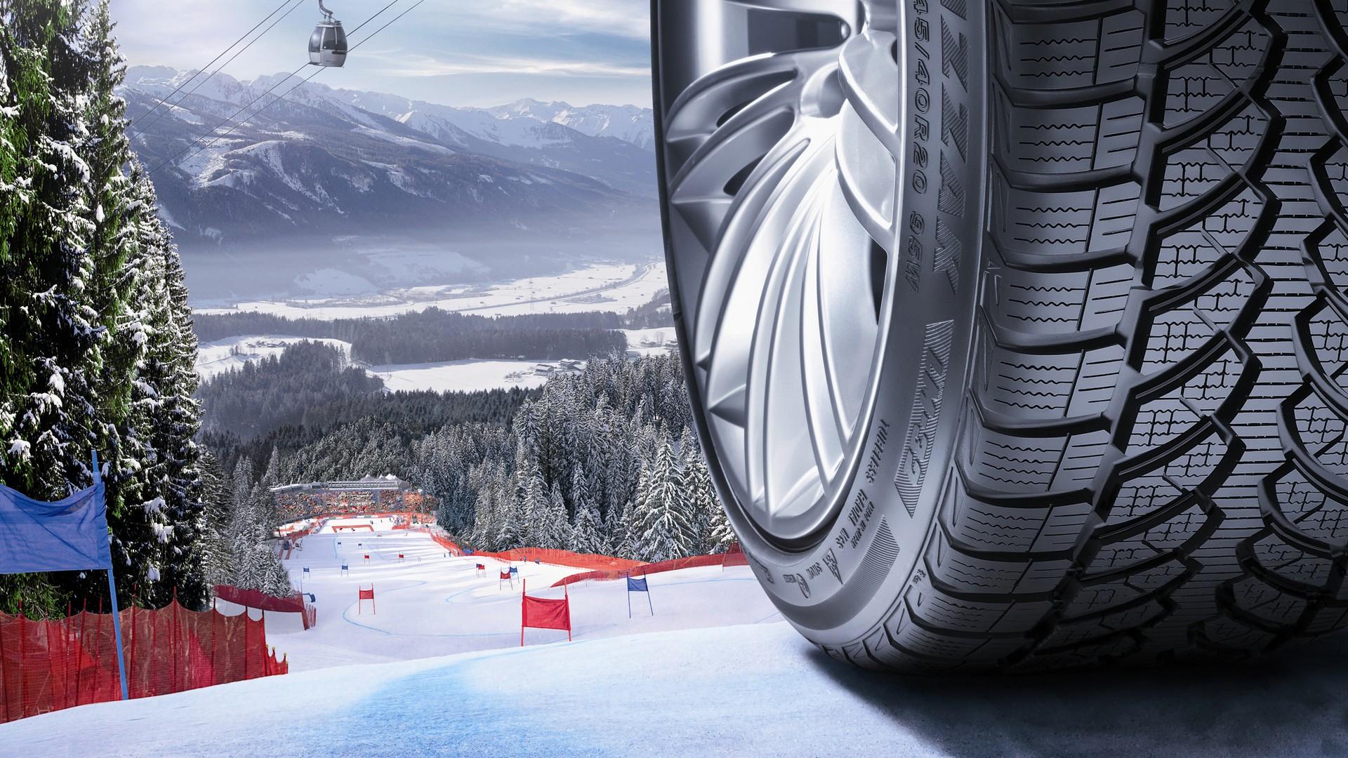 Pneumatico auto su pista da sci per guida sulla neve