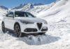 Alfa Romeo Stelvio Q4 nella neve con sfondo di montagne