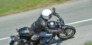 Ducati Scrambler Cafe Racer in piega vista da sopra