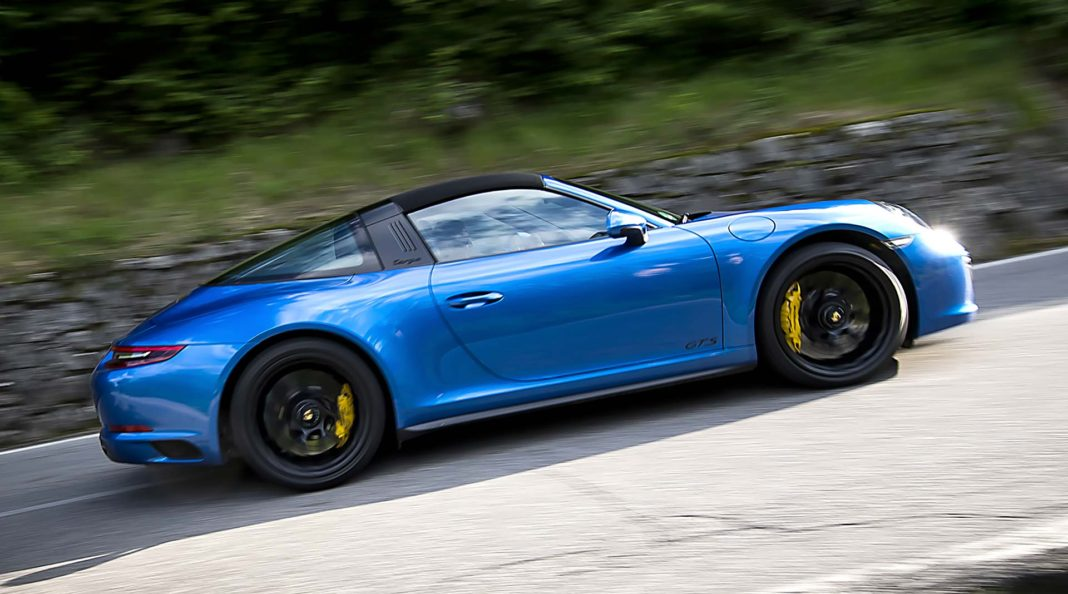 Porsche 911 Carrera GTS targa movimento laterale