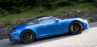 Porsche 911 Carrera GTS targa movimento laterale