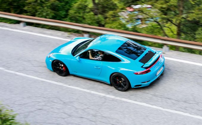 Porsche 911 Carrera GTS Blue Miami Movimento dall'alto