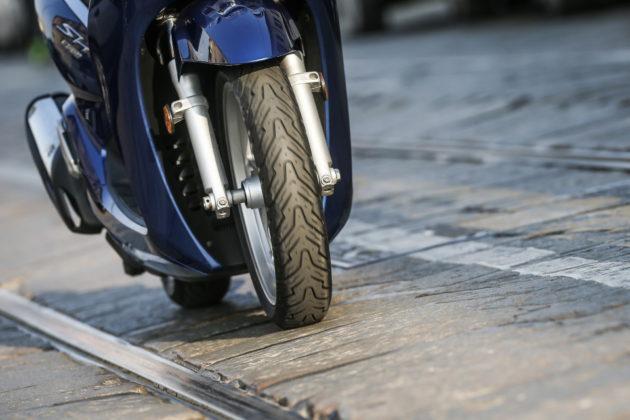 pirelli angel scooter anteriore in movimento con pavé e rotaie