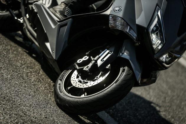 pirelli diablo rosso scooter anteriore su yamaha tmax in piega vista frontale
