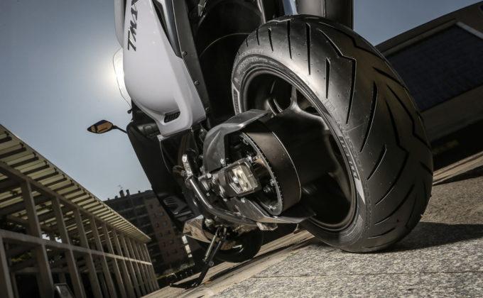 pirelli diablo rosso scooter posteriore su yamaha tmax vista posteriore bassa lato trasmissione