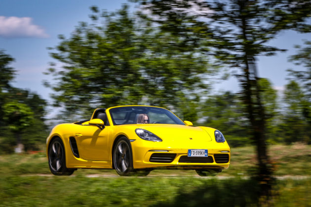 Porsche Boxster 718 gialla movimento