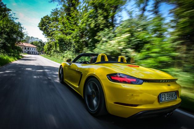 Porsche Boxster 718 gialle camera car posteriore movimento