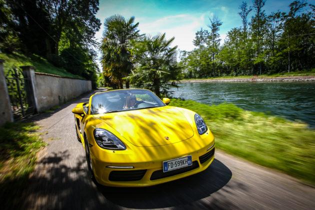 Porsche Boxster 718 gialla movimento 3/4 anteriore