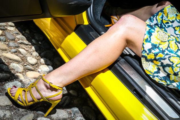 Porsche Boxster 718 gialla piede di donna foot fetish