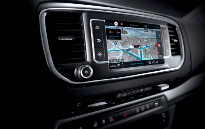 Peugeot Traveller Business Vip con touch screen