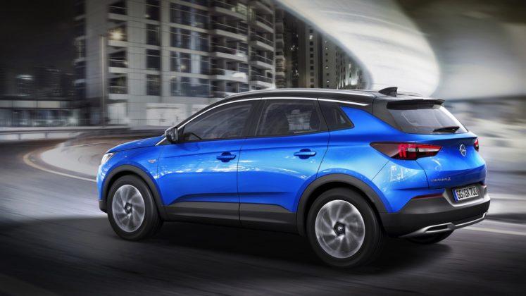 Opel Grandland X, tre quarti posteriore in movimento in città