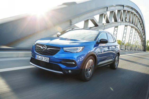 Opel Grandland X, tre quarti anteriore in movimento su ponte