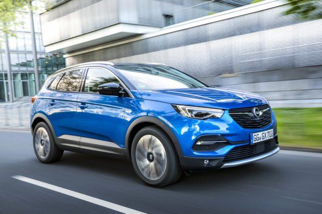 Opel Grandland X, tre quarti anteriore in movimento in città