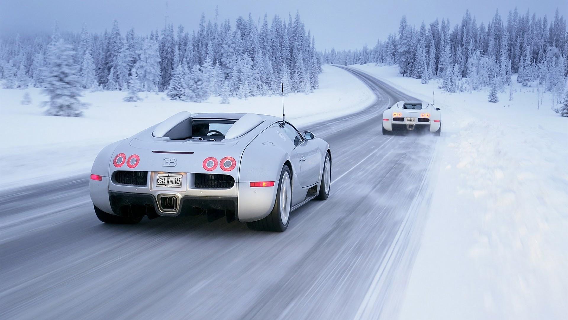 Bugatti Veyron con pilota che guida sulla neve