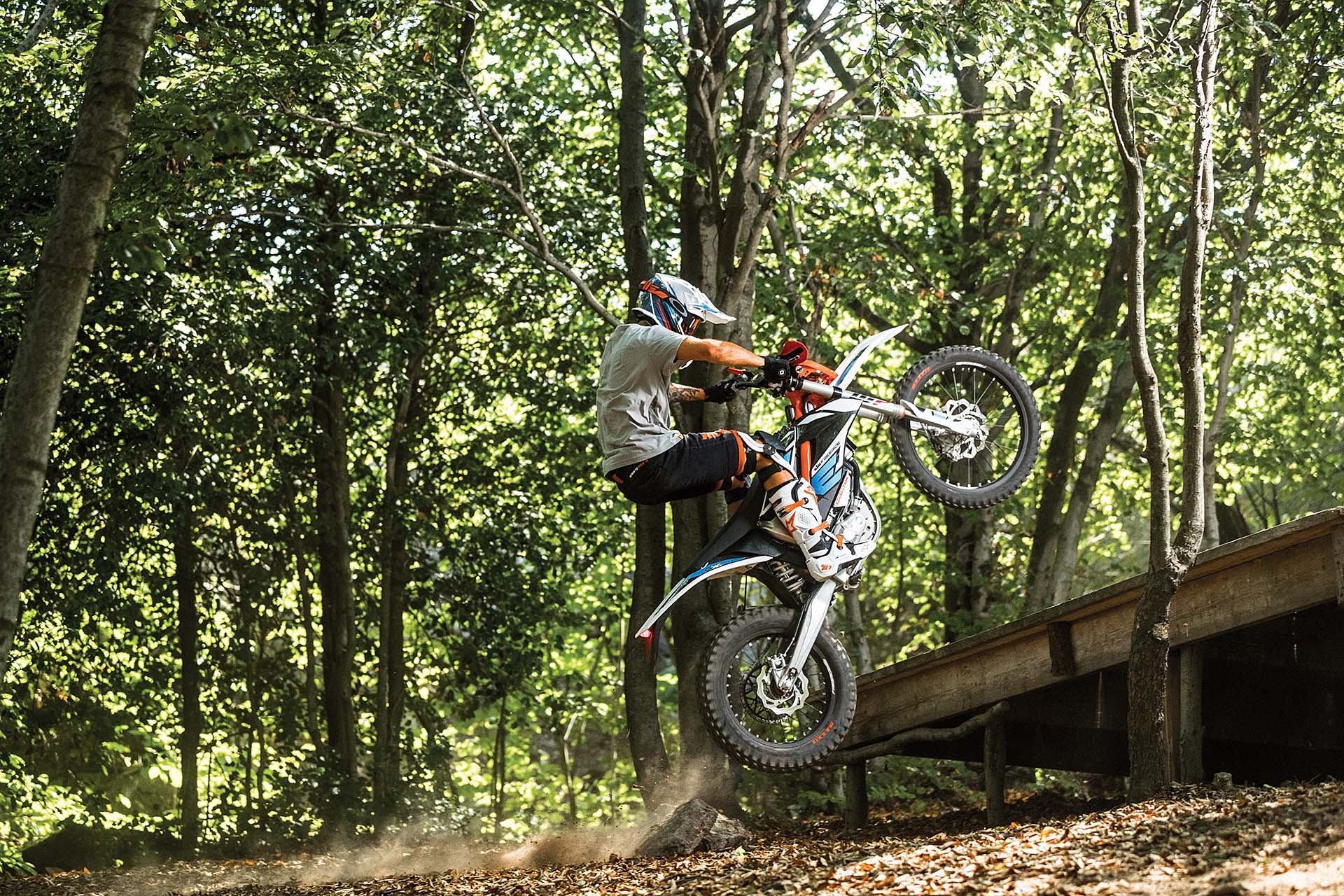 KTM Freeride E-XC - salto