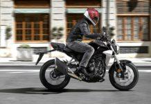 Honda CB300R laterale su strada con pilota