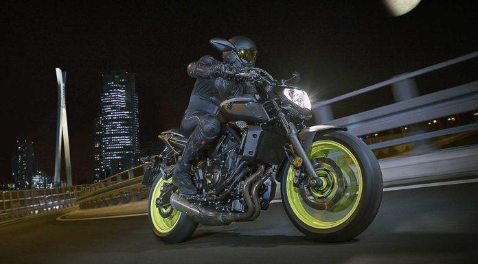 Yamaha MT-07 dettaglio fronale laterale notturno