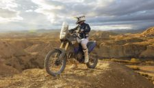 Yamaha Ténéré 700 World Raid deserto sassi frontale laterale con pilota Moto da non perdere eicma