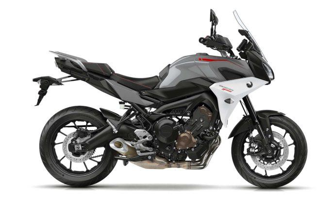 Yamaha Tracer 900 2018 su sfondo bianco laterale