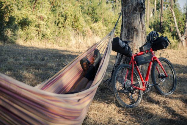 Bicicletta Ibis Hakka MX con bagagli e uomo su amaca