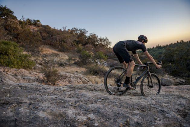 Bicicletta Ibis Hakka MX in discesa su rocce