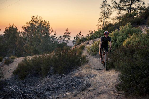 Bicicletta Ibis Hakka MX discesa su single track al tramonto