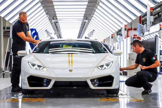 La Lamborghini del Papa Lamborghini Huracan sotto i ferri dei tecnici
