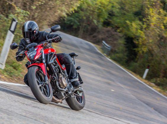 Honda CB 500 F piega