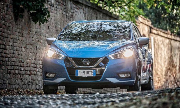 Nissan Micra IGT N-Connecta blu anteriore in movimento fari accesi