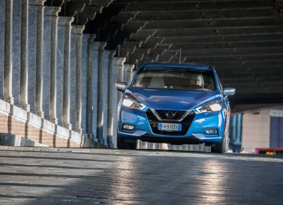 Nissan Micra IGT N-Connecta blu in movimento galleria