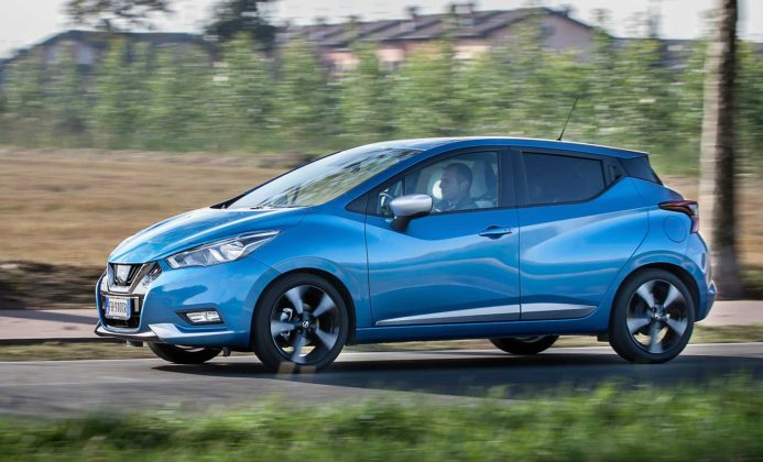Nissan Micra IGT N-Connecta blu laterale in movimento campagna