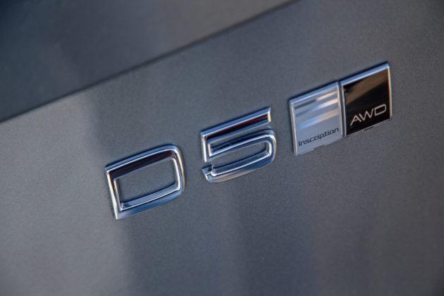 Volvo XC90 D5 Grigia particolare logo e scritta