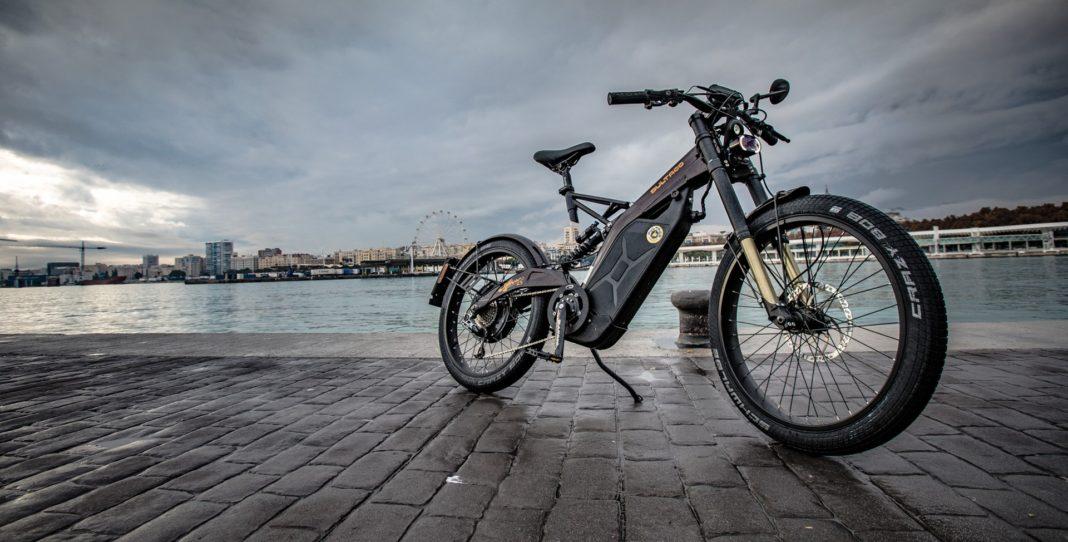 bicicletta elettrica bultaco albero, foto statica vista tre quarti anteriore