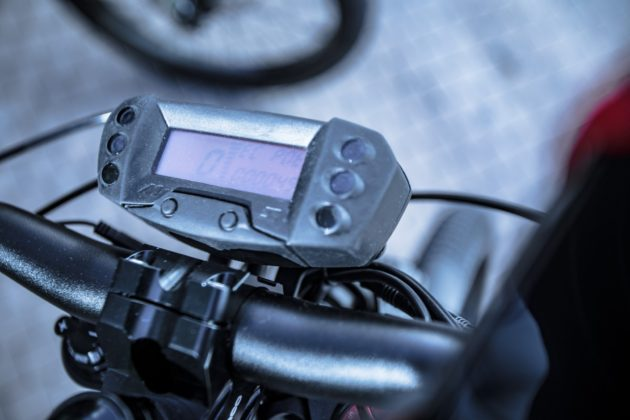 bicicletta elettrica bultaco albero, particolare strumentazione e display